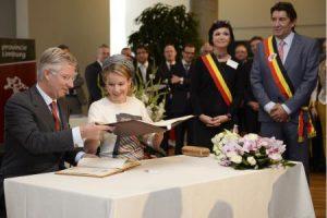 le couple royal signant les livres d'or à Hasselt