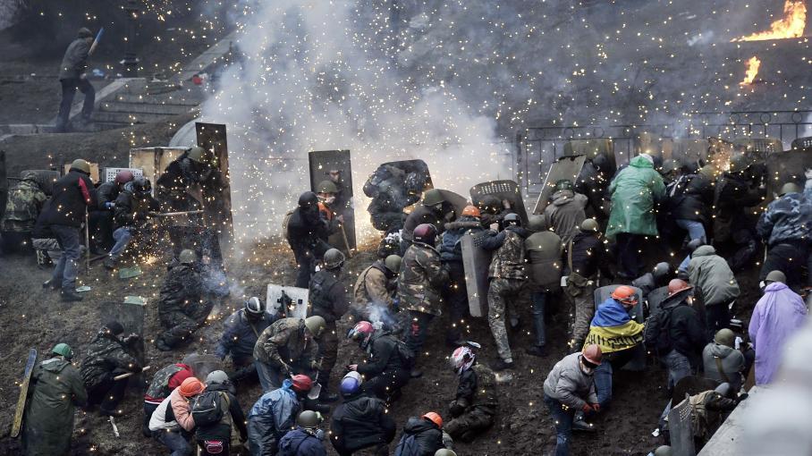 ukraine manifestant casque
