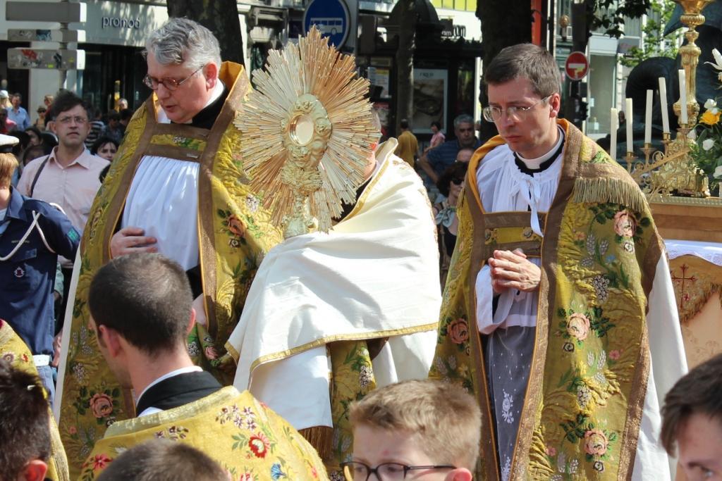 procession de la f u00eate dieu dans les rues de paris  u2013 medias