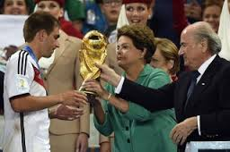 Dina Rousseff remet la coupe au capitaine allemand Philippe Lahm
