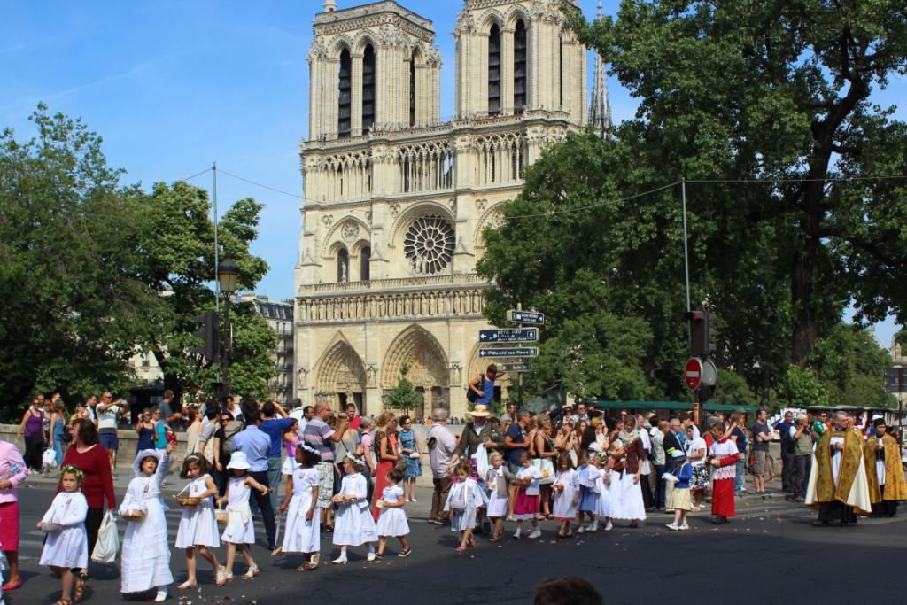 la procession devant Notre-Dame