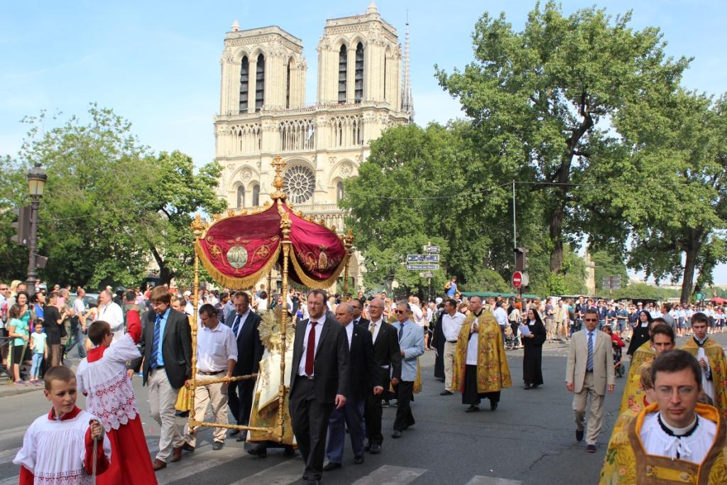 passage du dais devant Notre-Dame
