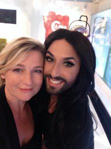 L'animatrice télé Anne-Elisabeth Lemoine en pose complice avec Conchita Wurst, autre égérie du nouvel ordre sexuel mondial
