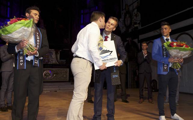 """En chemise blanche, Bart De Wever, président de la NVA, embrassant """"Mister Gay Vlaanderen""""..."""