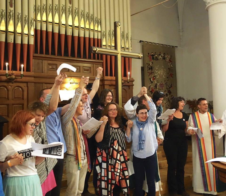 Célébration LGBT dans une église de Riga (Lettonie) le 21 juin 2015