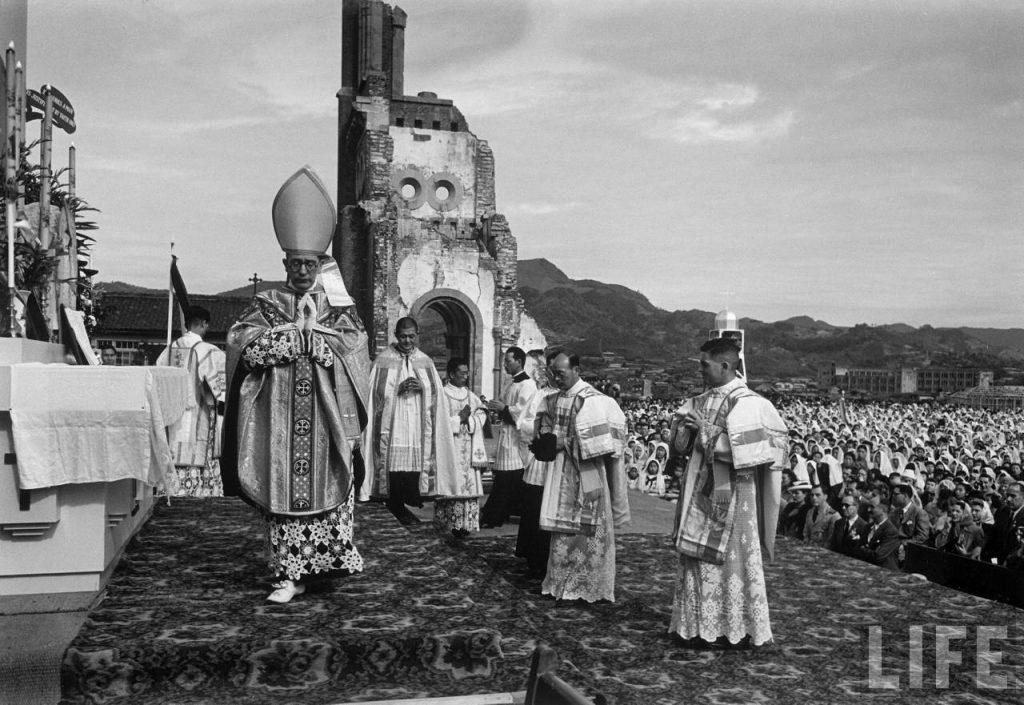 Messe pontificale célébrée dans les ruines de la cathédrale Sainte-Marie d'Urakami à Nagasaki en juin 1949