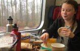 L'imposture Greta Thunberg: l'icône des écologistes mange du pain en plastique et des fruits hors saison